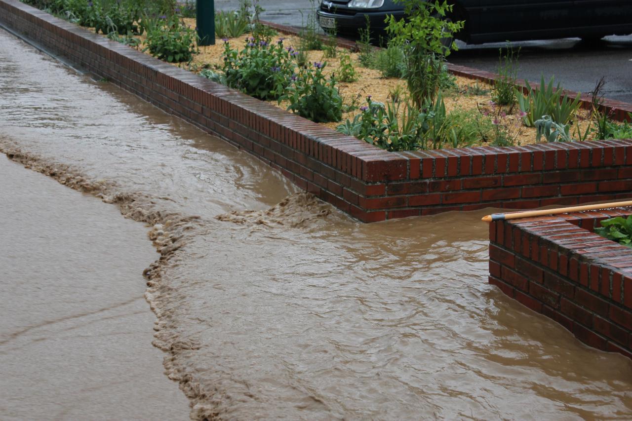 La boue envahit la route